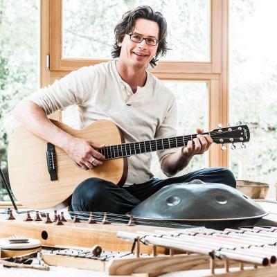 Arne Frercks mit Instrumenten