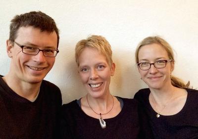 Arne Frercks, Melanie Both und Katrin Frey machen Musik in der Galerie Stexwig