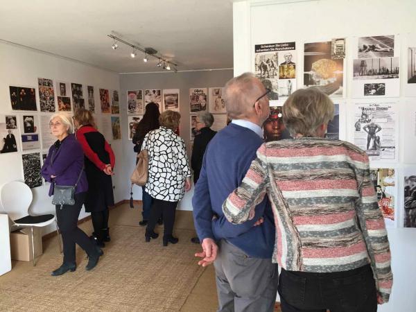 Besucher der Galerie Stexwig der Ausstellung Kontrast und Provokation