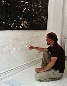 Christof Klemmt schreibt mit Zahnpasta an die Wand in der galerie-in-kiel