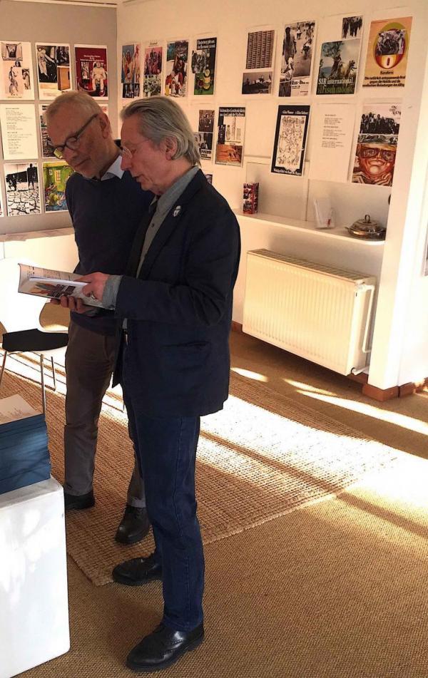 Dietmar Höhne im Gespräch mit Besucher der Galerie Stexwig