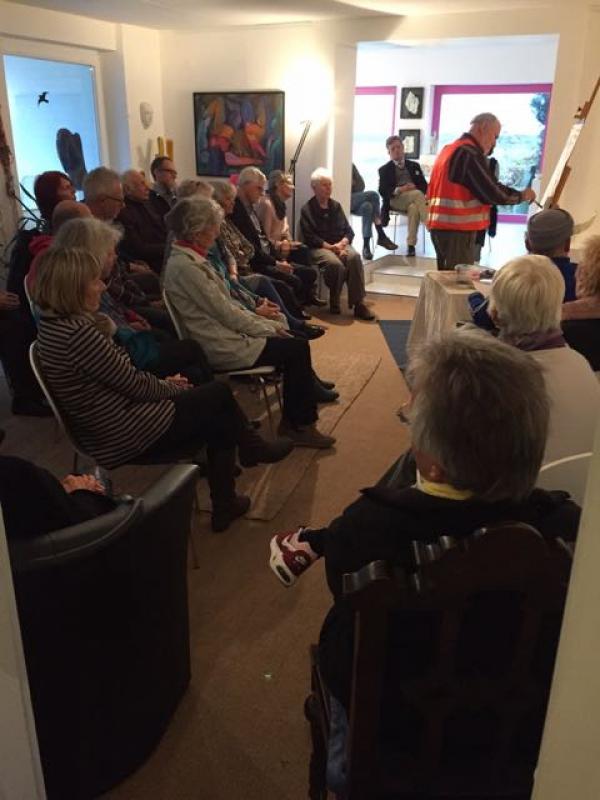 Besucher der Galerie Stexwig bei der Performance Trash Prosa