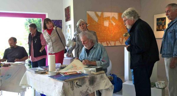 Galerie Stexwig Besucher schauen Christof Klemmt und Helmut R. Klein über die Schulter