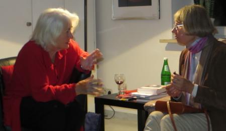 Heli Ihlefeld im Gespraech mit Dr. Anke Carstens-Richter in der Galerie Stexwig