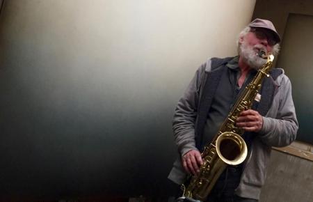 Otto Jeschke mit Saxophon, Foto Galerie Stexwig