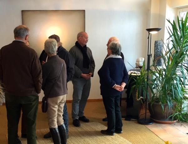 Otto Beckmann im Gespraech mit Besuchern de Galerie Stexwig
