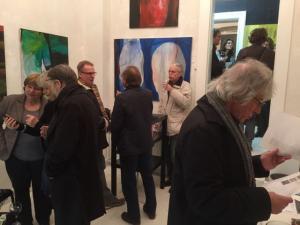 """galerie-in-kiel_Prof.Dr.Kuder und Gäste bei Vernissage """"Ungeuähmt"""""""