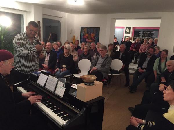 interessierte Zuhörer bei Martin Weiss in der Galerie Stexwig